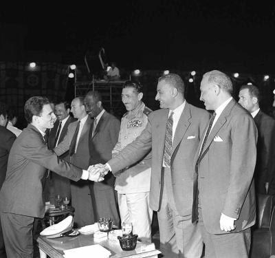 حليم يصافح الرئيس الراحل جمال عبد الناصر Halim+&+Nasser