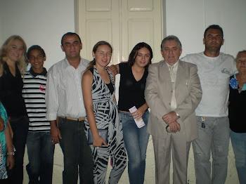 FAMÍLIA AGRADECIDA DIANTE DE DEUS