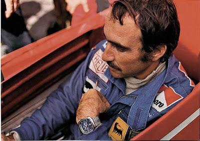 Le pilote Ferrari Clay Regazzoni avec son Heuer Silverstone au poignet