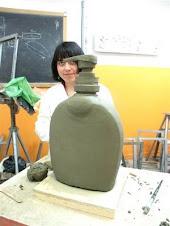 Zarina al lavoro nel laboratorio di discipline plastiche del Liceo Artistico Martini di Savona
