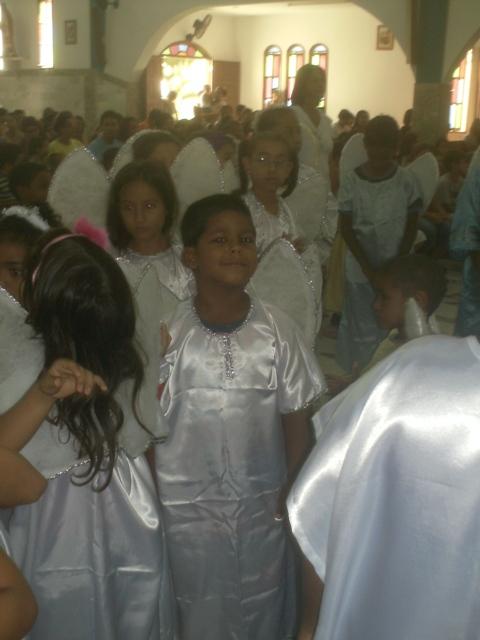 as crianças de anjos na coroação de  nossa Senhora