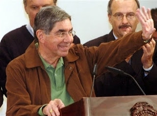President Oscar Arias salutes the crowd during CAFTA's referendum victory speech at the Presidential House, October 7, 2007. File photo (Associated Press)