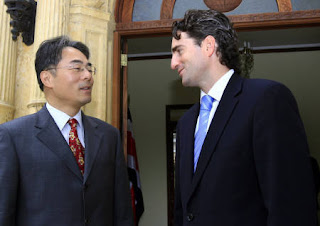 Costa Rica's Foreign Minister Bruno Stagno (R) talks with China's Business Attache Wang Xiaoyuan in San Jose, Costa Rica, June 18, 2007. Wang presented his accreditation with the first diplomat posted to Costa Rica since 1949. REUTERS/Juan Carlos Ulate