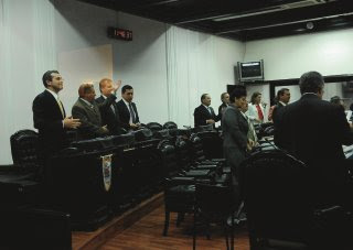 Costa Rican congressmen stand up to show up their support to open the country's telecommunications sector to private investment. (Photo: Marvin Caravaca / La Nacion)