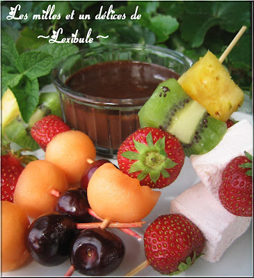 Les milles un d lices de lexibule brochettes de fruits au chocolat et l 39 orange - Presentation de brochette de fruits ...