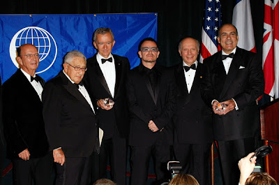 Bono con los premiados de The Appeal Of Conscience