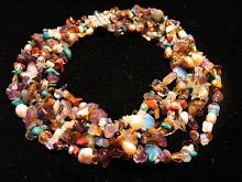 collar de piedras naturales y perlas.