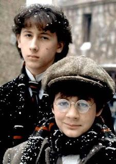 Nicholas Rowe como Sherlock Holmes e Alan Cox como John Watson