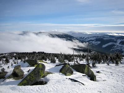 Výhled od Dívčích kamenů - Sněžka lehce vykukuje z mraků