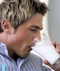 pria minum susu