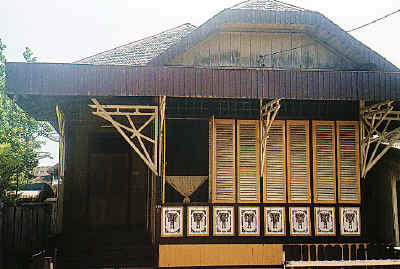 Rumah tradisional yang masih memiliki hiasan bermotifkan Banjar