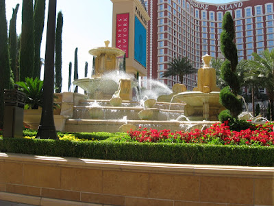 Fountain at the Palazzo entrance (Treasure Island across the road in the background)