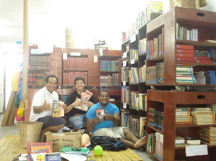 Recebendo os livros doados por Frei Betto à nossa Biblioteca Comunitária BArca das Letras