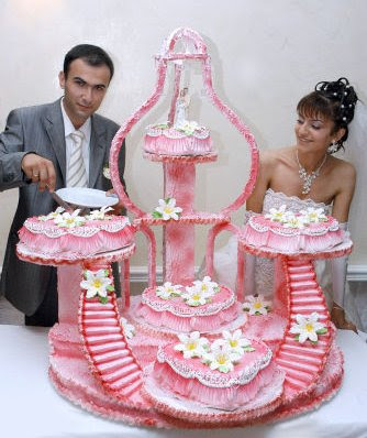 weird wedding cake photo