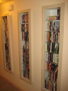 Шкаф-витрина для книг в прихожей