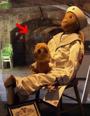 Robert, el muñeco maldito Robert-the-doll-and-ghost