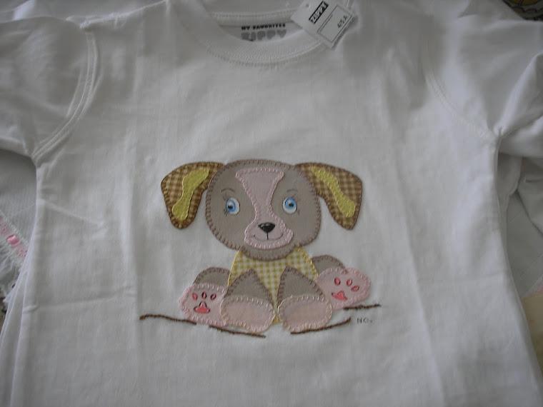 T-shirt com cão orelhudo
