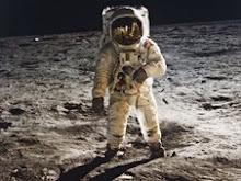 omul pe luna
