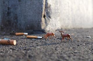 O artista britânico Slinkachu faz instalações em miniatura nas ruas de Londres.