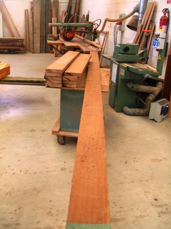 cepillamos y regruesamos la madera a la medida necesaria escuadrando los palos