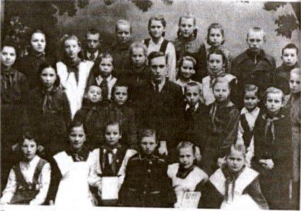Николай Ковальский и его ученики во времена роботы в школе (Острог)