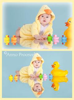 Beebi peeglil kollase hommikumantli ja partidega.