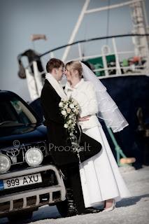 Pruutpaar pulmaautoga. Taustal laev, Tallinna lennusadam.