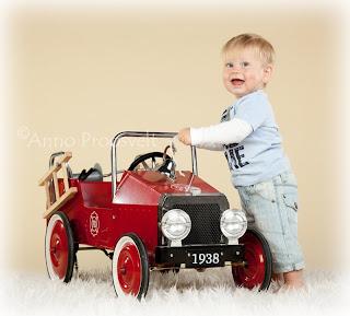 Poiss helesinise pluusi ja punase tuletõrje autoga. Fotostuudio  Fotopesa