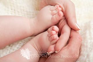 Ema käed ja beebi väikesed varbad. Fotostuudio  Fotopesa Tallinnas