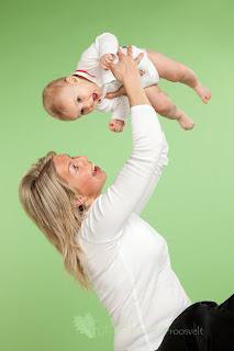 ema ja poeg valgete poluusidega fotostuudios