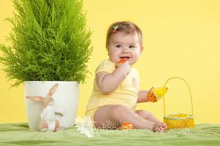 tüdruk istub, munadepüha pilt
