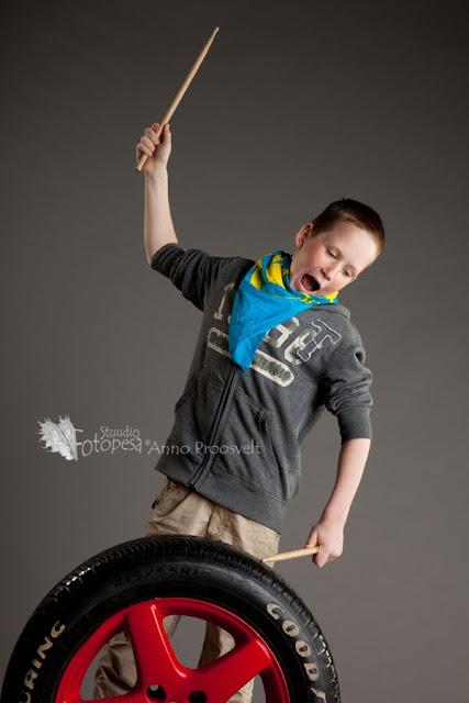 Poiss trummipulkadega, fotostuudio Fotopesa
