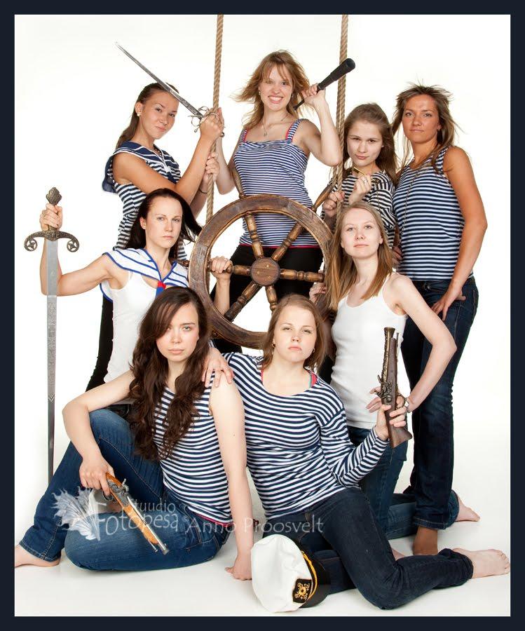 meremehed tüdrukute õhtul fotostuudios