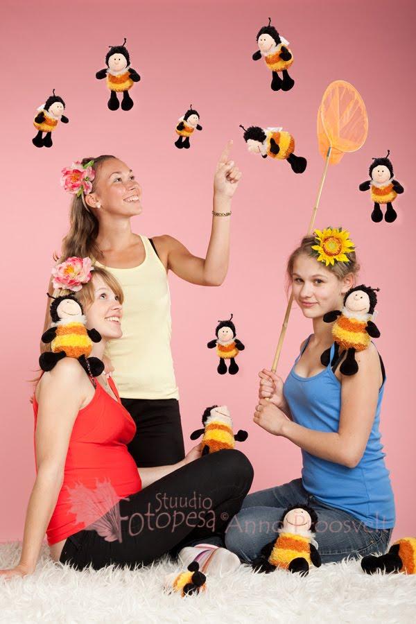 tüdrukud mesilastega
