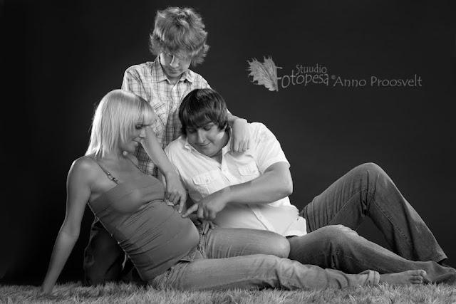 mustvalge, beebiootel naine mehe ja pojaga. Fotostuudio  Fotopesa Tallinnas