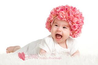 fotostuudio, roosa mütsiga beebi