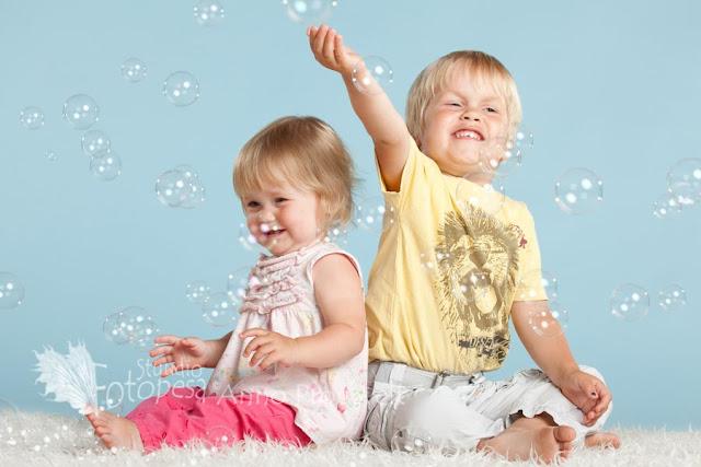 fotostuudio Fotopesa- õde ja vend seebimullidega