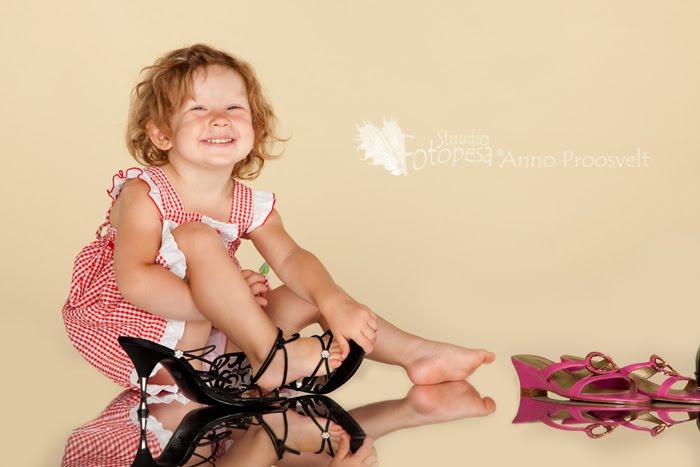 tüdruk proovib kingi- peegeldus