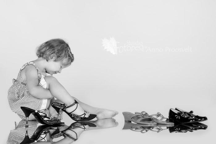 laps proovib kingi, peegelduv põrand