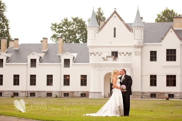 printsess ja prints lossi taustal