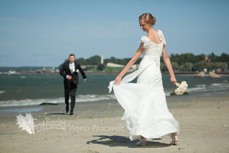 pulmafoto, peigmees jookseb pruut keerutab kleiti