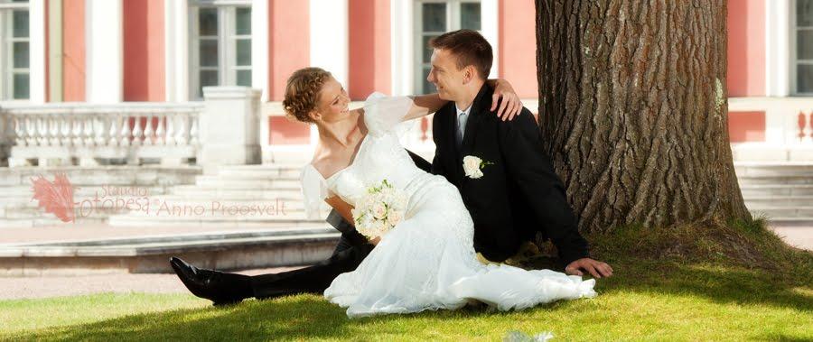 pulmafoto, pruutpaar istub- naerab