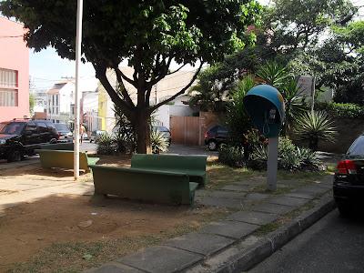 Mais uma praça abandonada no alto do São Gonçalo