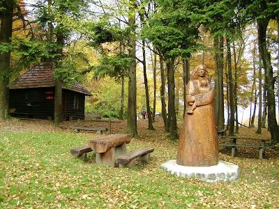 Drvena skulptura - Majka Božja - Kraljica mira