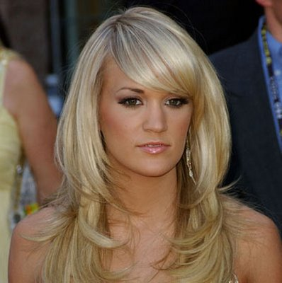 Carrie Underwood has great hair in this picture. Her all over highlights