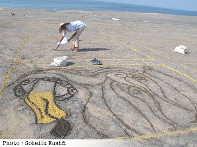 Amir Moslemzadeh is drawing the biggest soiled carpet in Hormoz island