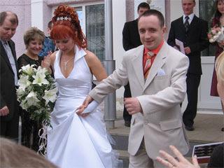 Муж с женой выходят из ЗАГСа.