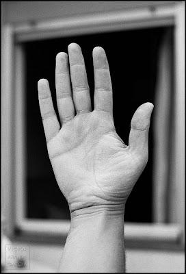 mano manchada de cal delante de una ventana