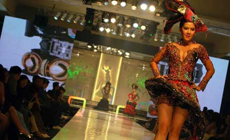 Ardina Rasti on Catwalk - Sexy Kebaya - fashion style
