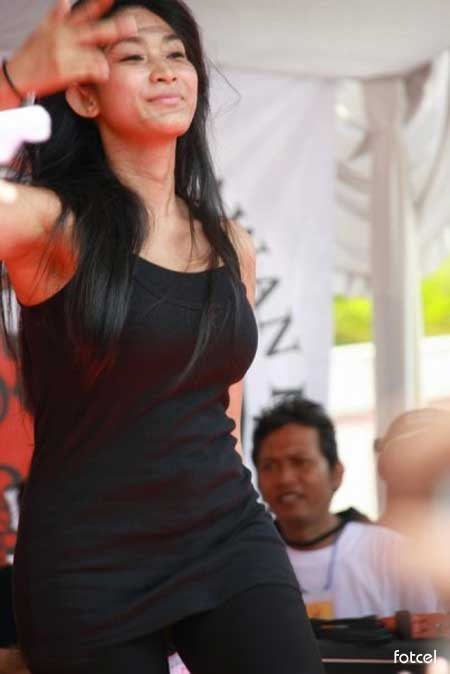 Foto Seksi Happy Salma with Tank Top Celebrity Fashion pic